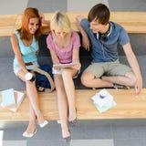 Drie studenten die tablet hoogste mening kijken Royalty-vrije Stock Fotografie