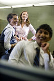 Drie studenten die uit in klaslokaal hangen Stock Afbeelding