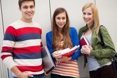 Drie studenten die zich verenigen Royalty-vrije Stock Foto