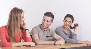 Drie studenten in lezingszaal Stock Fotografie