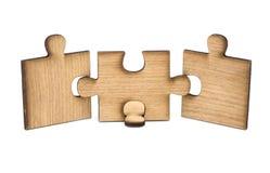 Drie stukken van houten figuurzaag worden aangesloten samen ge?soleerd op witte achtergrond Concept het verbinden stock afbeelding