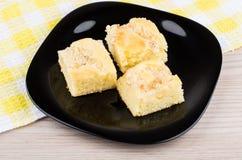 Drie stukken van pastei in glasplaat op servet Royalty-vrije Stock Foto's