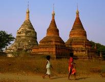 Drie Stupas & Twee Jonge geitjes Myanmar (Birma) Stock Afbeelding