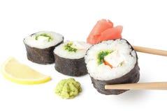 Drie sushi, wasabi, gringer, citroen en stokken Royalty-vrije Stock Fotografie