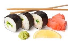Drie sushi, wasabi, gringer, citroen en stokken Stock Fotografie