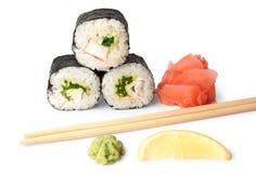 Drie sushi, wasabi, gringer, citroen en stokken Royalty-vrije Stock Foto
