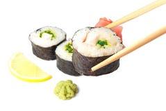 Drie sushi, wasabi, gringer, citroen en stokken Stock Foto