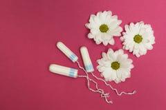 Drie tampons op een roze achtergrond met witte bloemen stock afbeeldingen