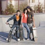 Drie tienerjaren bij skatepark Stock Afbeeldingen