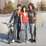 Drie tienerjaren bij skatepark Stock Fotografie