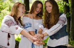 Drie tienerjaren die van de Schoonheid Ethno pret hebben Royalty-vrije Stock Foto