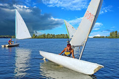 Drie tienerjaren op jachtenvlucht van onweersbui Royalty-vrije Stock Fotografie