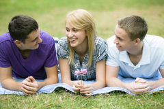 Drie Tienerjaren in Park Stock Afbeeldingen