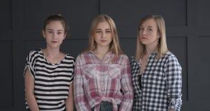 Drie tieners die hoofd in ontkenning schudden stock videobeelden