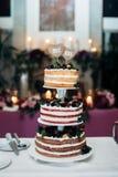 Drie-tiered huwelijkscake met bessen Stock Afbeeldingen