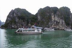 Drie toeristenboten dichtbij de eilanden van Ha snakken baai Vietnam Royalty-vrije Stock Afbeelding