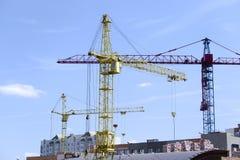 Drie torenkranen bij de bouwwerf Stock Foto's
