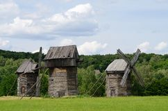 Drie traditionele oude Oekraïense landelijke windturbines, Pirogovo Royalty-vrije Stock Foto's