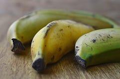 Drie tropische bananen met schil macromening stock afbeeldingen