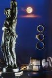 Drie trouwringen op de kleurrijke oppervlakte stock fotografie