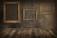 Drie uitstekende frames op de muur. stock afbeeldingen