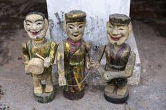 Drie uitstekende Vietnamese met de hand geschilderde houten standbeelden stock afbeeldingen