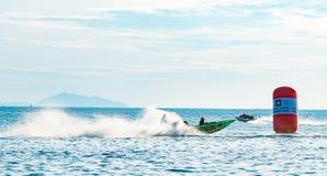 Drie van F4 boot met water bespatten en mooie hemel en overzees in Bangsaen-Machtsboot 2017 bij Bangsaen-strand in Thailand Stock Foto