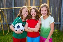Drie van het de vriendenvoetbal van zustermeisjes spelers van de de voetbalwinnaar stock afbeeldingen