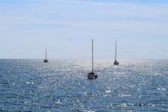 Drie varende boten in het zonlicht Stock Foto's