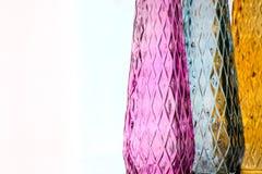 Drie vazen van gekleurd glas met een patroon stock fotografie
