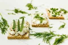 Drie vegetarische ontbijt, toost, kwark, uien en dille op een witte houten lijst, dieet royalty-vrije stock fotografie