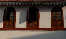 Drie vensters in bruine, rode kleur stock foto