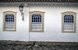 Drie vensters op de oude straat stock afbeelding