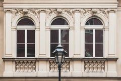 Drie vensters op de voorgevel van een oud uitstekend huis, straatla royalty-vrije stock foto