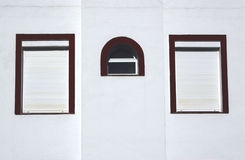 Drie vensters op een muur stock foto