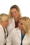 Drie verpleegsters medische wijfjes met gelukkige uitdrukking Royalty-vrije Stock Foto's