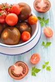 Drie verscheidenheden van tomaat in een schotel Stock Afbeeldingen
