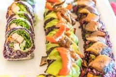 Drie verschillende broodjes van veganistsushi klaar om voor een maaltijd te eten Stock Foto's