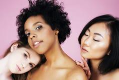 Drie verschillende natiemeisjes met diversuty in huid, haar Aziatische, Skandinavische, Afrikaanse Amerikaanse vrolijke emotionee stock foto