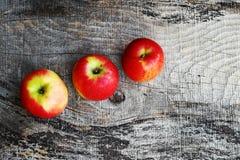 Drie verse rode appelen op een houten achtergrond Royalty-vrije Stock Foto