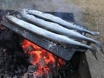 Drie vissen bij de grill - het openlucht koken stock afbeeldingen
