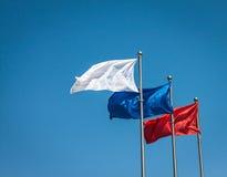 Drie vlaggen tegen blauwe hemel. Royalty-vrije Stock Afbeelding