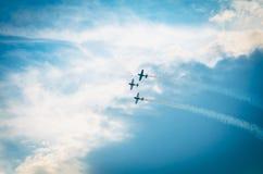 Drie vliegtuigen in blauwe hemel stock fotografie