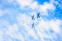 Drie vliegtuigen in blauwe hemel royalty-vrije stock foto's