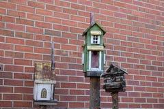 Drie vogelhuizen met baksteenachtergrond royalty-vrije stock foto's