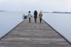 Drie volwassen meisjesgang naar het meer royalty-vrije stock afbeeldingen