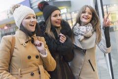 Drie volwassen vrouwen in het winkelen stock afbeelding