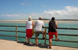 Drie Volwassenen die Op zee kijken stock fotografie