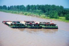Drie vrachtschepen met zand bij Yangtze-rivier stock foto