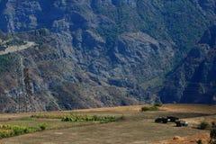 Drie vrachtwagens op de achtergrond van de Kaukasus Royalty-vrije Stock Afbeelding